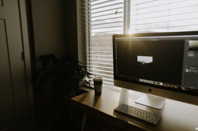 Cạnh cửa sổ hoặc ban công là vị trí yêu thích được dùng để đặt bàn