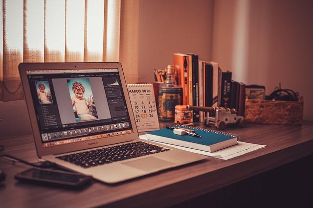Bàn laptop vô cùng quan trọng trong thời kỳ hiện đại