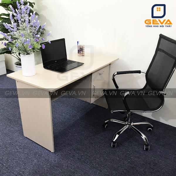 Bàn nhân viên hộc treo thường được kết hợp với ghế xoay và ghế gấp