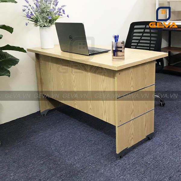 Bàn nhân viên có hộc BLV12 thường được kết hợp với ghế xoay và ghế gấp