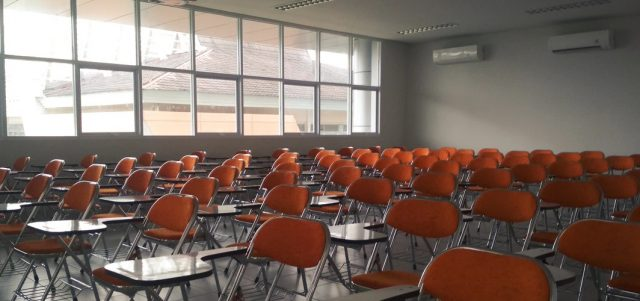 Ghế gấp liền bàn có ứng dụng quan trọng trong trường học