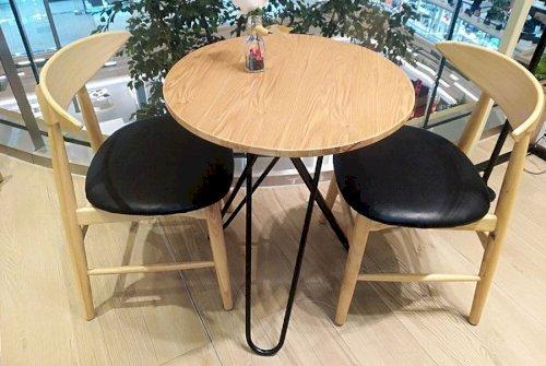 Một chiếc bàn gỗ hình tròn nhỏ nhắn được cách điệu dành cho các cặp đôi