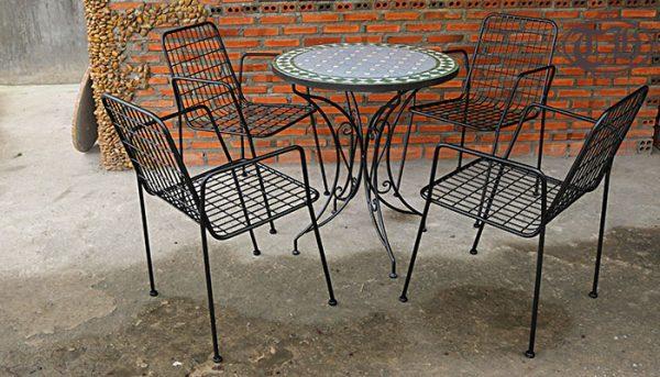 Bàn cafe bằng sắt có độ bền cao, dễ dàng bày trí cho không gian quán ngoài trờiBàn cafe bằng sắt có độ bền cao, dễ dàng bày trí cho không gian quán ngoài trời