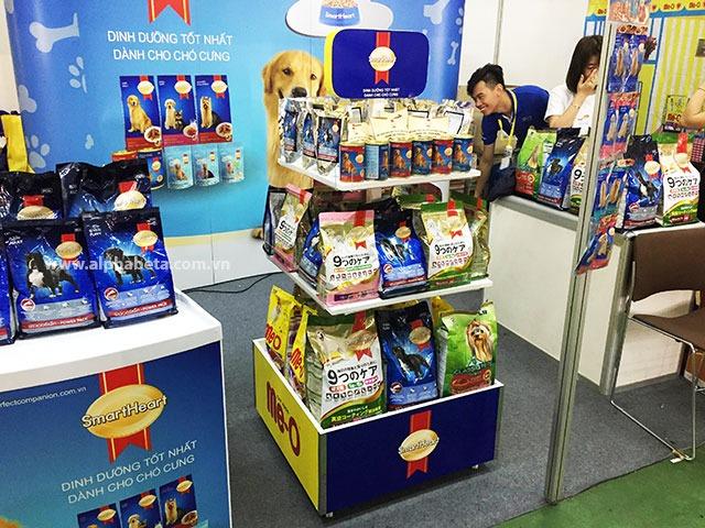 Kệ trưng bày quảng cáo sản phẩm với thiết kế nổi bật giúp nhận dạng thương hiệu.