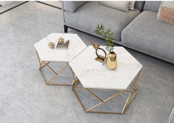 Bàn sofa mặt bàn hình lục giác đôi giúp gia chủ bàn trí được nhiều món đồ hơn.